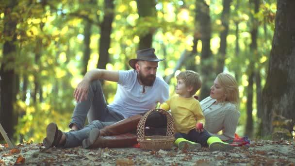 Genitori con figli in campagna. Giorno dautunno. Madre e padre con figlio divertirsi allaperto. Famiglia allegra divertirsi allaperto. Famiglia Autunno.