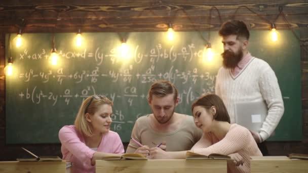 Učitel ve třídě. Učitel a studenti. Spolužák vzdělávat a seznámit se s myšlenkou lekce znalostí. Skupina studentů, kteří spolupracují na projektu ve třídě. Studenti ve třídách studující společně.