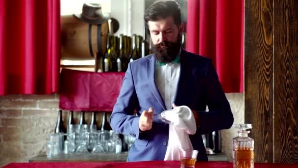 Barman gazdaság whisky koktél üveg. Vonzó Barman a whiskey-bárban.