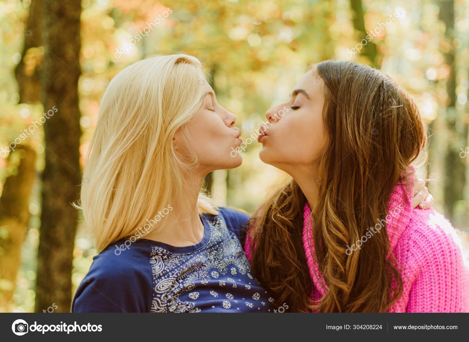 Teen Lesbian Zunge Kuss