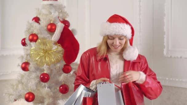 Krásná Santa žena. Vánoční taška a nakupování. Šaty od vánoční ženy. Nový rok prodeje a vánoční slevy. Vánoční Příprava.