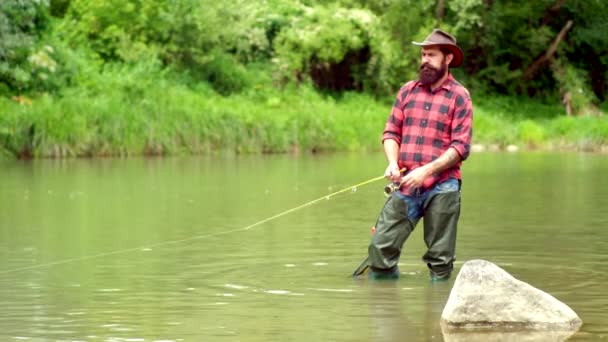 Pstruh duhový. Pojem o rybách a rybaření. Rybář a pstruh. Vousatý retro rybář a pstruh. Šťastný rybář rybařit v řece držící rybářské pruty.