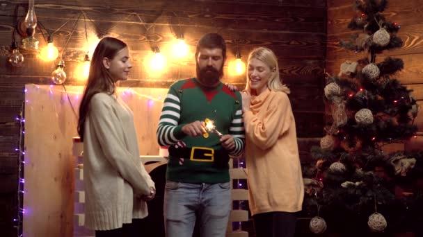 Vánoční večírek s vánoční jiskříčkář. Skupinové oslavy nové roky. Hipsterovi přátelé nové roky. Přátelé oslavující novletou párty.