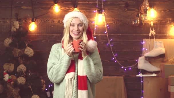 Neujahr oder Weihnachten Frau. Schönheit Mädchen mit Weihnachtsmütze, frohe Weihnachten und Glühwein. frohes neues Jahr, Weihnachten wünscht süßes blondes Mädchen.