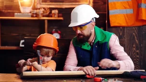 Apa és fia együtt építkeznek. Apa megtanítja a fiát kalapácsozni..