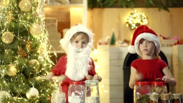 Nadšený děti bubnovat s legračními emocemi. Novoroční dětská vánoční párty. Vánoční zábavné aktivity. Volný čas a hraní. Vtipné vánoční chilren. Blázniví bubeníci. Překvapení děti s bubnem.