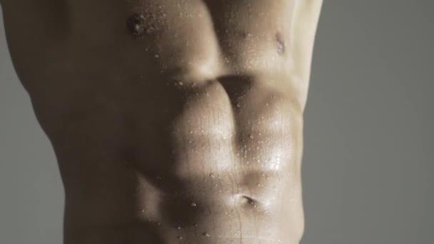 Sexy Mann mit nacktem Oberkörper. Muskulöser Männerbauch, kräftiger Bauch, Sixpack. Brocken mit athletischem Körper.