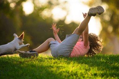"""Картина, постер, плакат, фотообои """"милый ребенок играет с щенком, лето на свежем воздухе. ребёнок с домашними животными. птицы цветы города"""", артикул 406937772"""