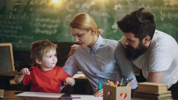 Család, gyermekek és otthoni oktatás fogalma.