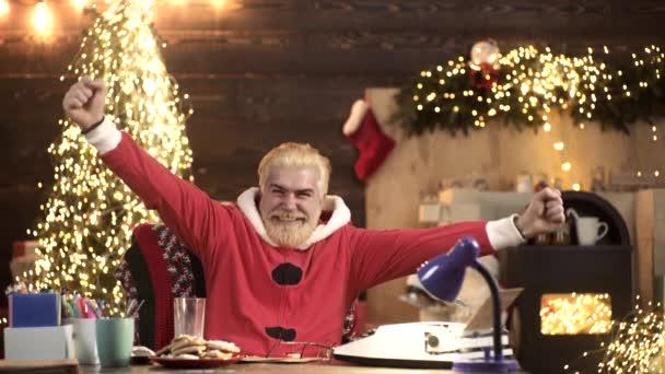 Vzrušený Santa Claus doma.