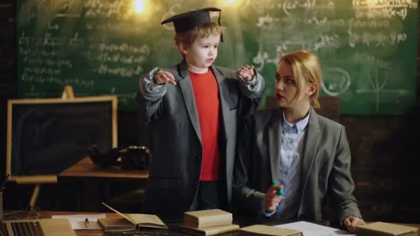 Rodiče s dětmi připraveni do školy. Dětské čtení pro vzdělávání.