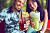 junges Paar genießt seinen Sommerurlaub und trinkt Cocktails, Lifestyleporträt eines verliebten Hipster-Paares