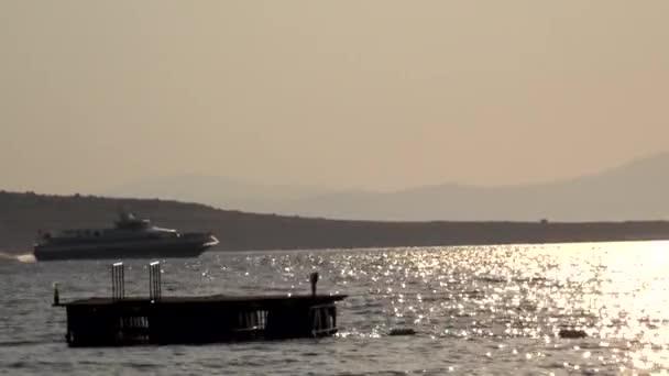 Výletní lodě proplouvající vzdálenost na Středozemním moři
