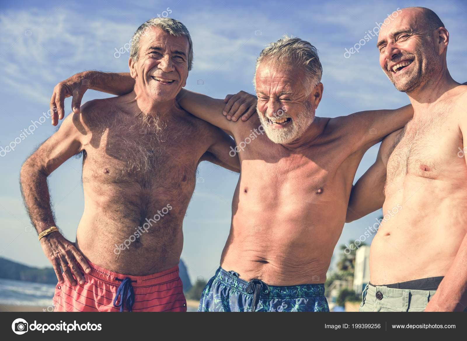6edb8febe480 Uomini anziani che hanno divertimento sulla spiaggia — Foto di Rawpixel