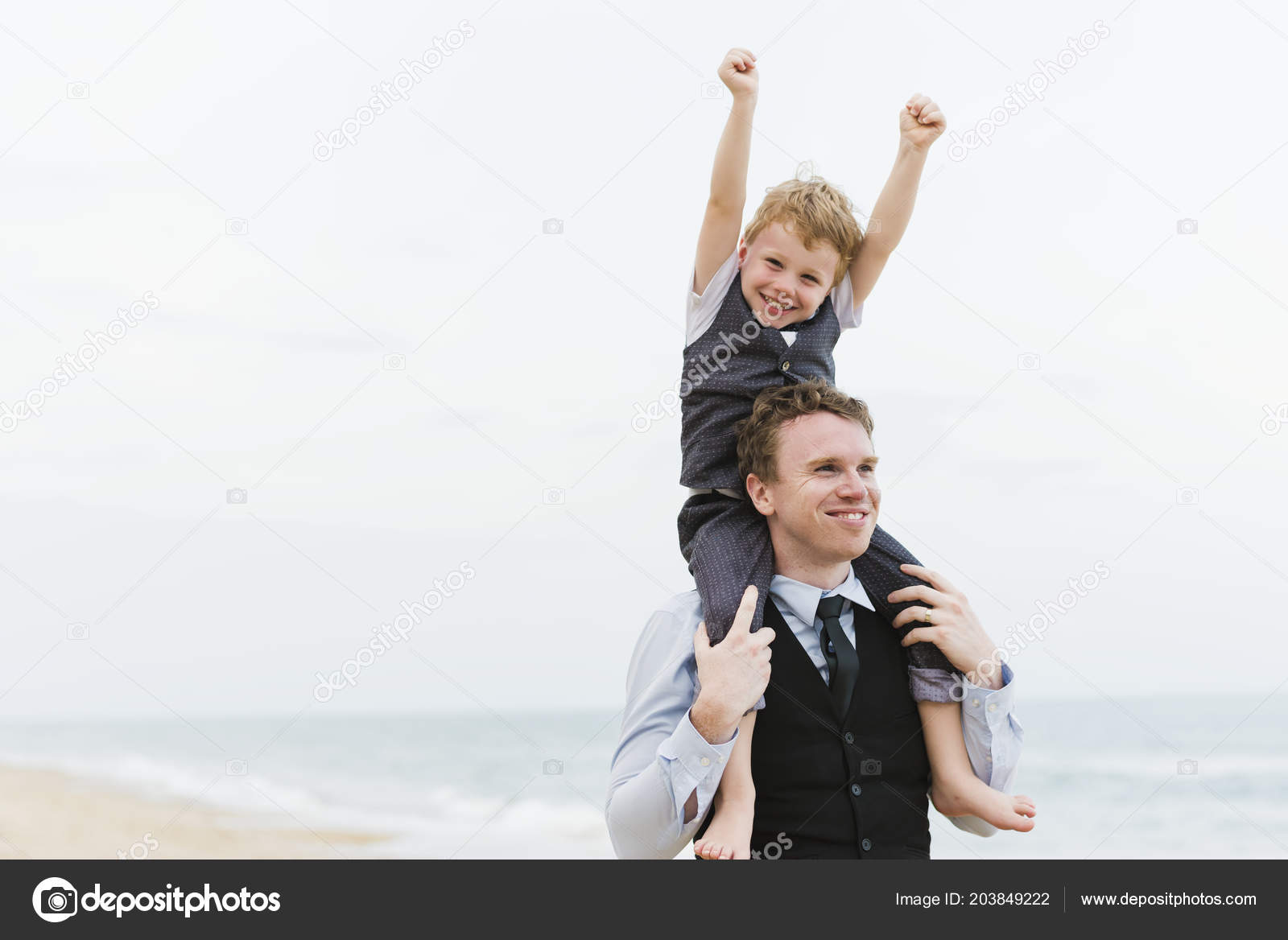 9b1be208cef01 Happy Little Boy Riding Fathers Shoulders Raised Hands Beach Wedding —  Stock Photo