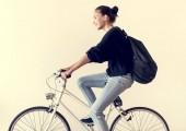 Bílá žena, jízda na kole