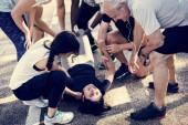 Skupina lidí pomoci zraněné osobě