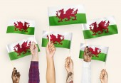 Fotografia Mani sventolando bandiere del Galles