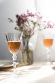 zwei Gläser Champagner auf einem Esstisch