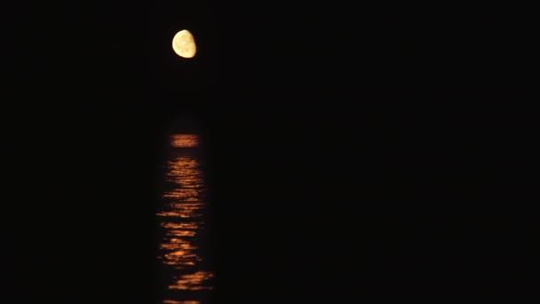 Měsíc a měsíční cesta s nízkou měsíc nad mořem