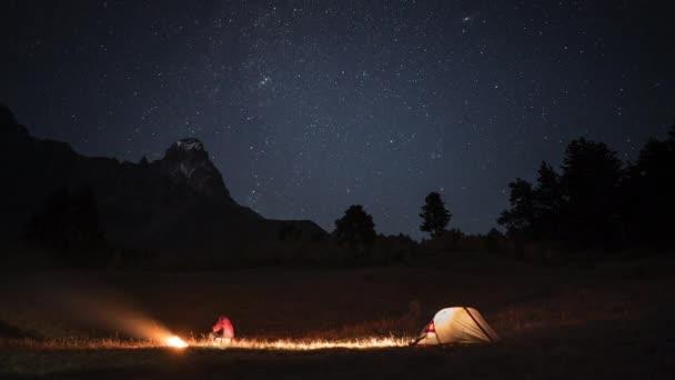 Čas zanikla kempování s muže, stan a ohně v noci