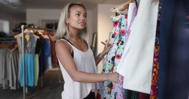8aaab4a71ecb2 Молодых взрослых Женская одежда торговых — Стоковый видеоролик ...