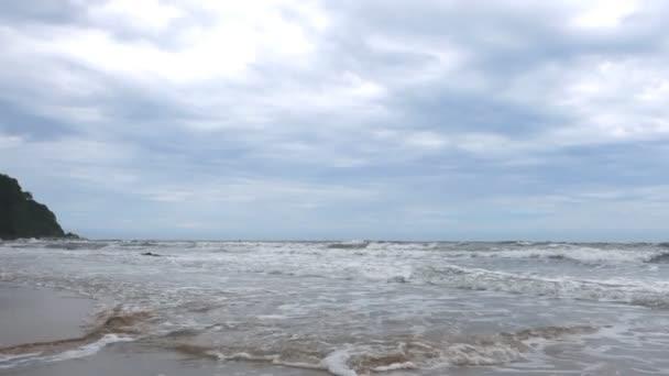 večerní mořská písečná pláž s oceánskou vlnou
