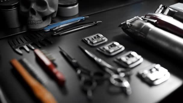 stylischer Gerätetisch mit Schere und Trimmer und dunklem Totenkopf beim Friseur