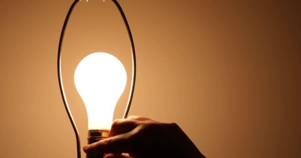 Žárovka zapnuta a přešel k jasnější nastavení jako metafora pro jasnou představu