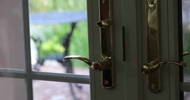 Ruční odemknutí a otevření okna a dveře jako koncept pro domácí bezpečnost