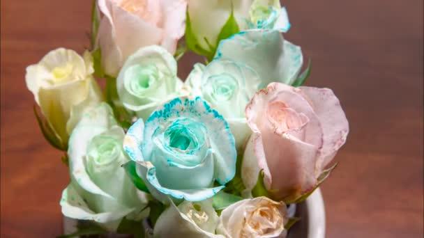 Bílé růže zbarvuje časová prodleva.