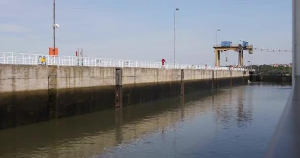 Člun v zámích elektrické elektrárny železné brány Hydro na řece Dunaj mezi Rumunskem a Srbskem.