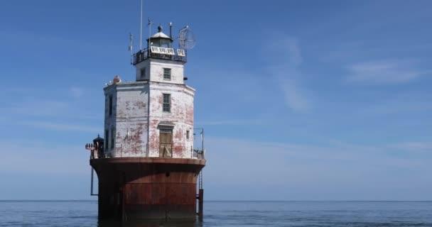 Pánev okolo Smith Point maják na pobřeží Virginie v Chesapeake Bay proti modré obloze.