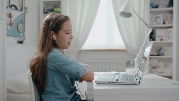 Fröhliche junge Frau spricht mit Webkameras und macht eine Online-Videokonferenz. Internetlehrerin, die Fernunterricht gibt und von zu Hause aus arbeitet. Fernlehrkonzept. Webcam ansehen