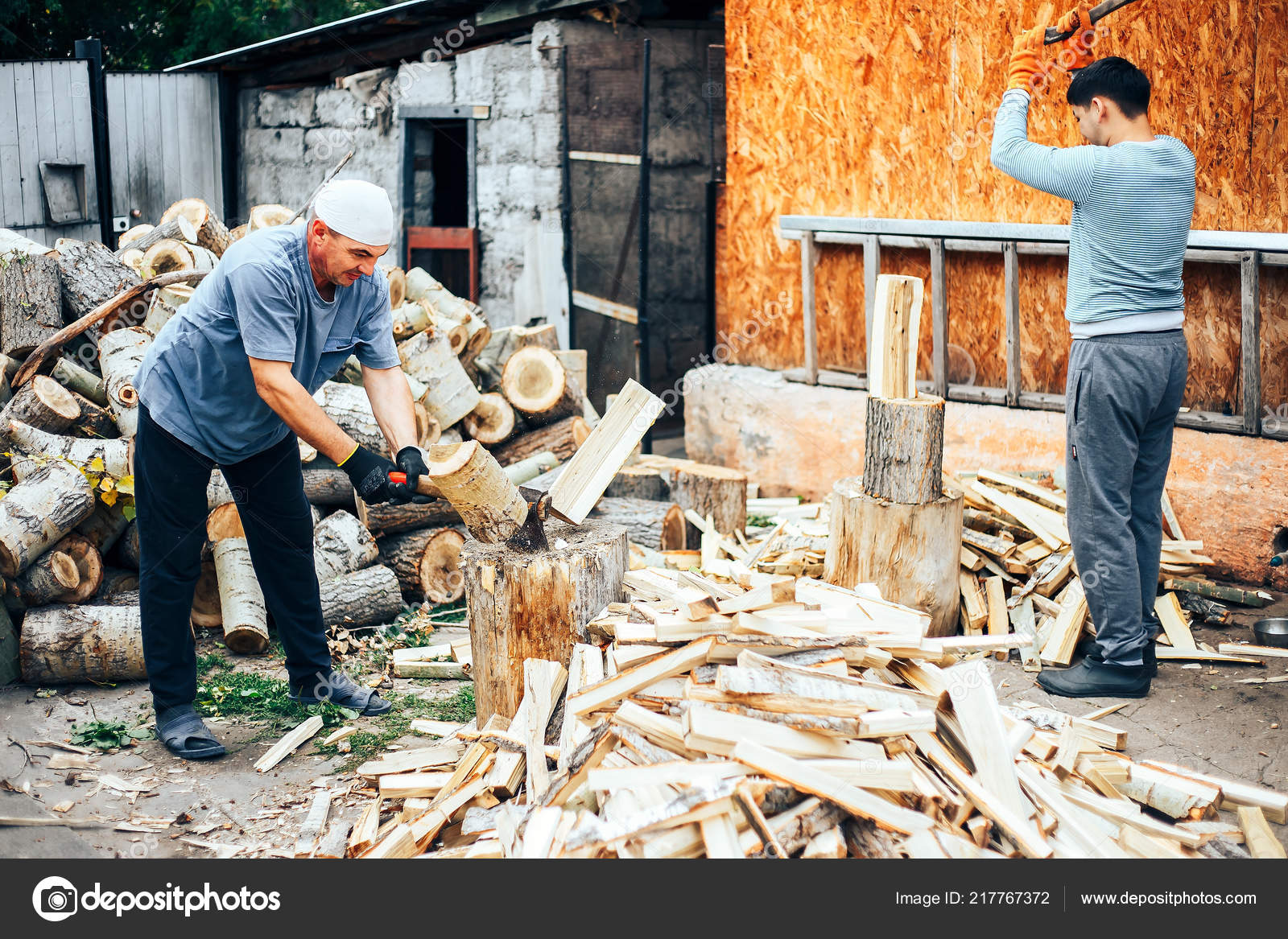 Detail Two Flying Pieces Wood Log Sawdust Man Chopping Wood — Stock