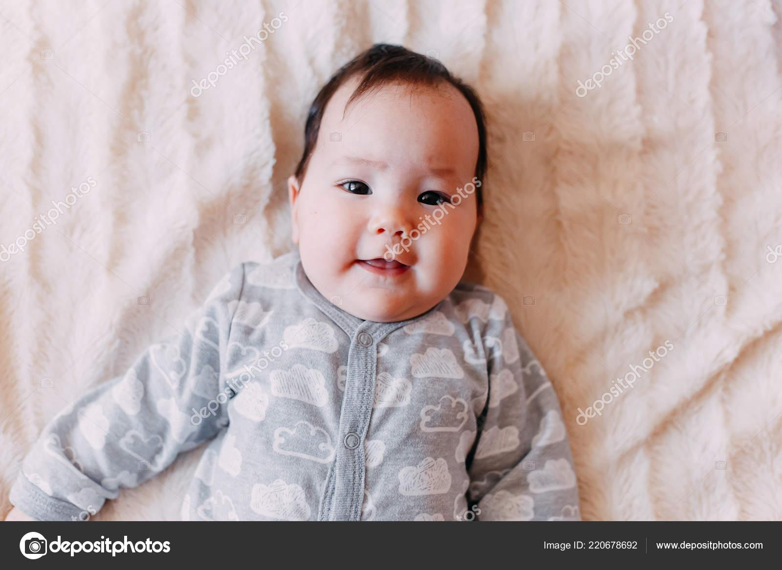 baby newborn baby cute blue eyed dark hair baby months — stock photo