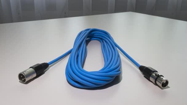 Curych, Švýcarsko - 15. června 2020: Animovaný stopkový pohyb s modrým kabelem mikrofonu s konektorem xlr samec a samice.