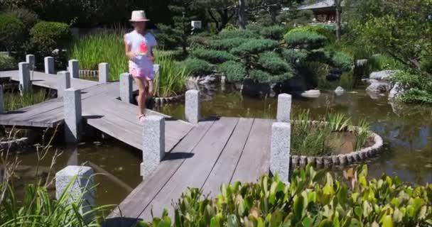 Monte Carlo, Monako - 7. července 2020: Japonskou zahradou v Monackém knížectví proběhla dívka.
