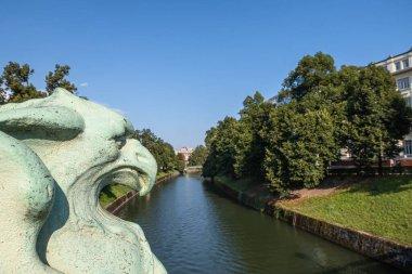 Ljubljana, Slovenya - 13 Ağustos 2020: Ljubljanica Nehri Sloven başkenti Ljubljana 'dan akıyor