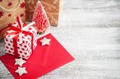 Červený dárek, pozdrav obálky a řemeslných tašky s vánoční výzdobou. Kopírovat prostor pro text