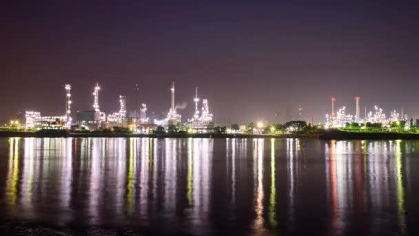 Čas zanikla ropné rafinerie na řece v sunrise čas / velké továrny v době východu slunce