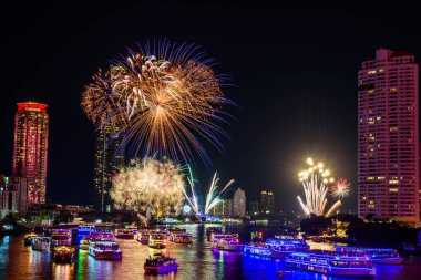 Yeni yıl gerisayım zaman şehirde nehirde havai fişek