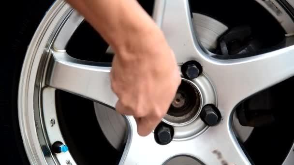 változtatni a kereket az autó/kapcsolja be az anyát, hogy feltárja az autó kerék