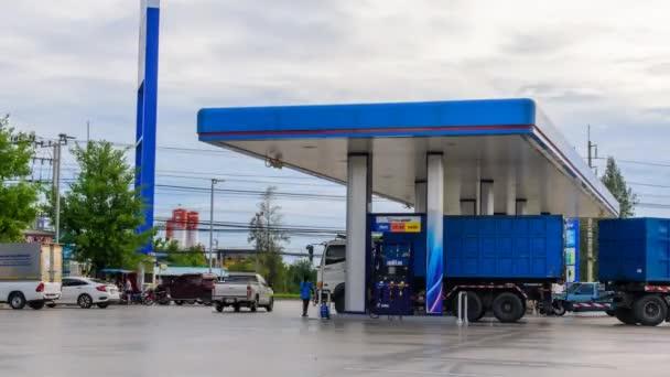 Nakhon Pathom, Thajsko-5. červen, 2019: doba, po kterou vůz přiletí na palivo do benzinové pumpy PTT
