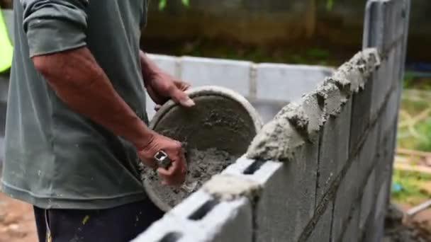 Dělník cihlové stěny na staveništi