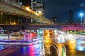 homályos fényforgalom a város csomópontjánál / homályos közlekedési lámpájánál