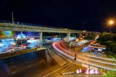 Bangkok, Thaiföld - 2 Augusztus, 2020: Magas kilátás a homályos fény forgalom az út mellett front The mall shopping center