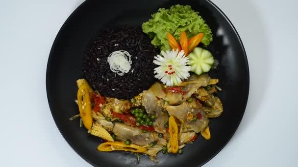 Kořeněné ryby Míchat smažené s chilli, papriky, bylinky, vaječný plán ts a baby kukuřice Podává se Riceberry thajské jídlo styl nebo Cleanfood a dietfood pro zdravé vařené s nízkým obsahem sodíku Goodtasty zdobí s vyřezávanou zeleninou topview