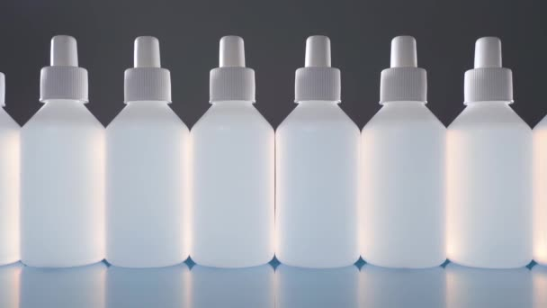 Sok fertőtlenítő palack elszigetelt szürke alapon.