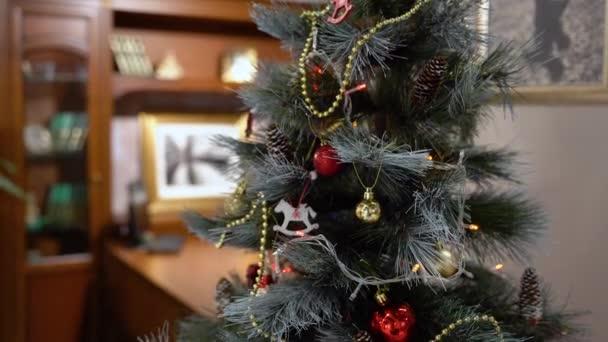 Dekorace vánočních stromků v kanceláři. Zelený strom zdobený blýskavým věncem vyzařujícím vánoční náladu a náladu. Vánoce a šťastné svátky